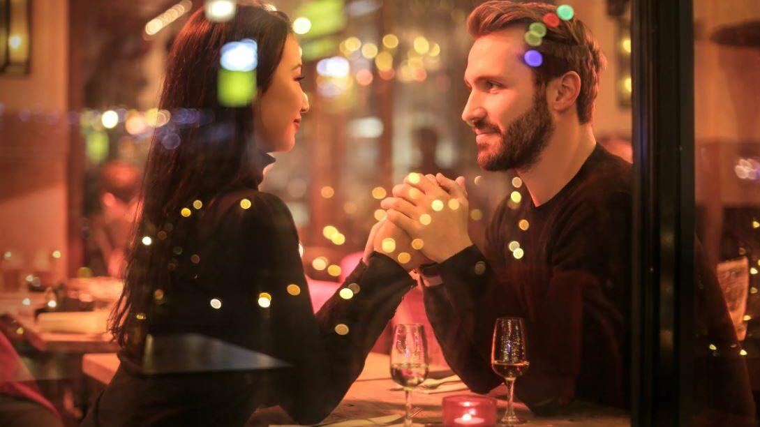 un couple dans un restaurant